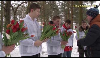 «Дарите женщинам цветы» - акция от волонтёров Приозерска